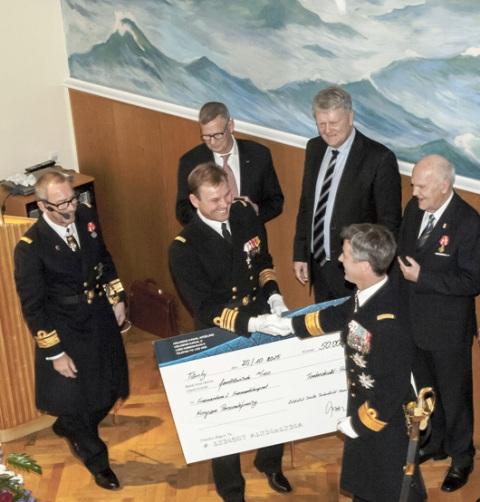 Kronprins Frederik modtager check
